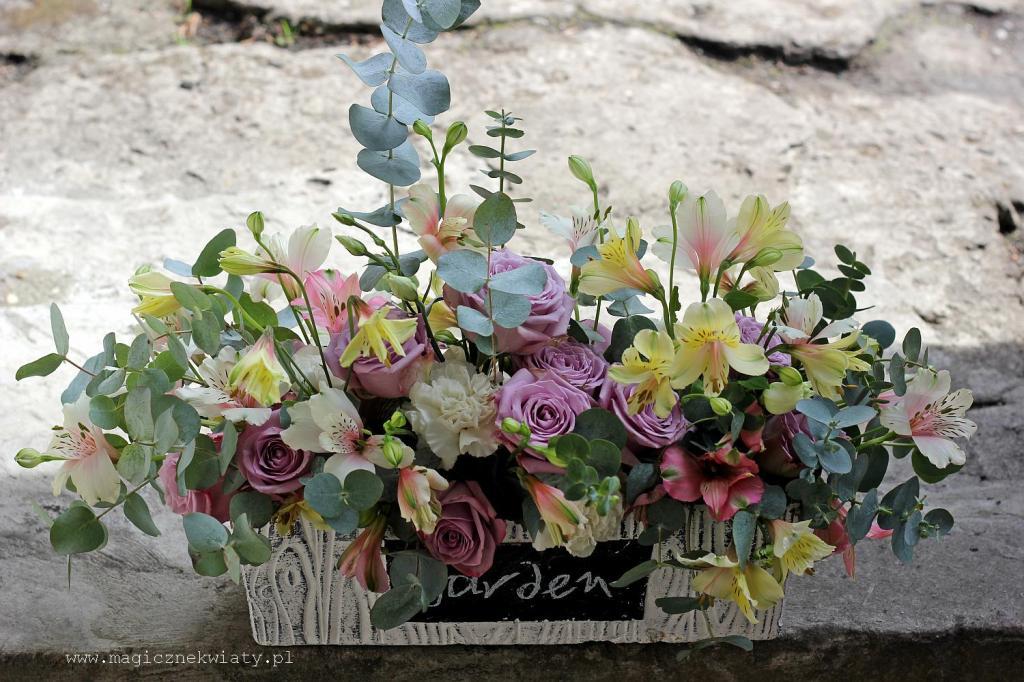 dekoracja kwiatowa w naczyniu, kosz kwiatowy, pstelowa dekoracja stołu, Kraków, Magiczne Kwiaty