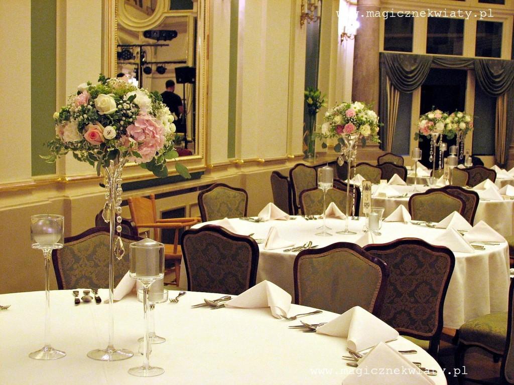 kielichy, kompozycje w kielichach, dekoracja sali, rózowa, biała, hortensje, róże4b