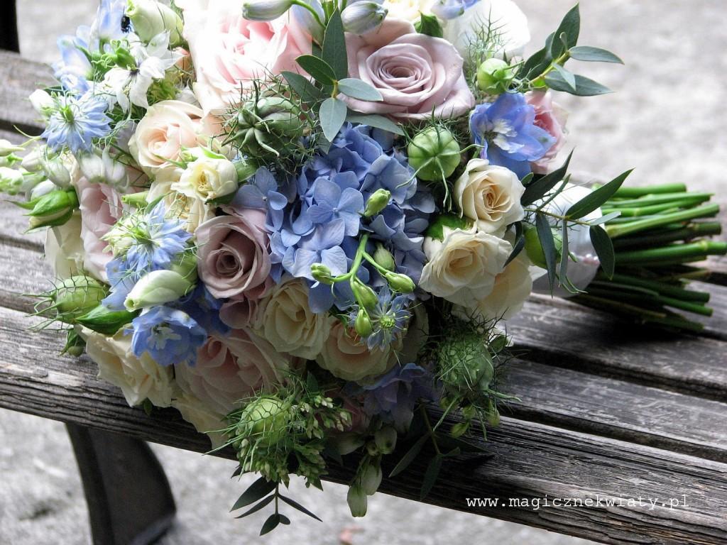 pudrowy, pastelowy bukiet ślubny, kremowo rózowo niebieski, róże, ostrózki, eukaliptus, Kraków6