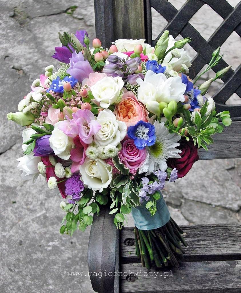 romantyczny, ogrodowy, kolorowy bukiet slubny, vuvuzela, fuksja, niebieski, Kraków, magiczne Kwiaty