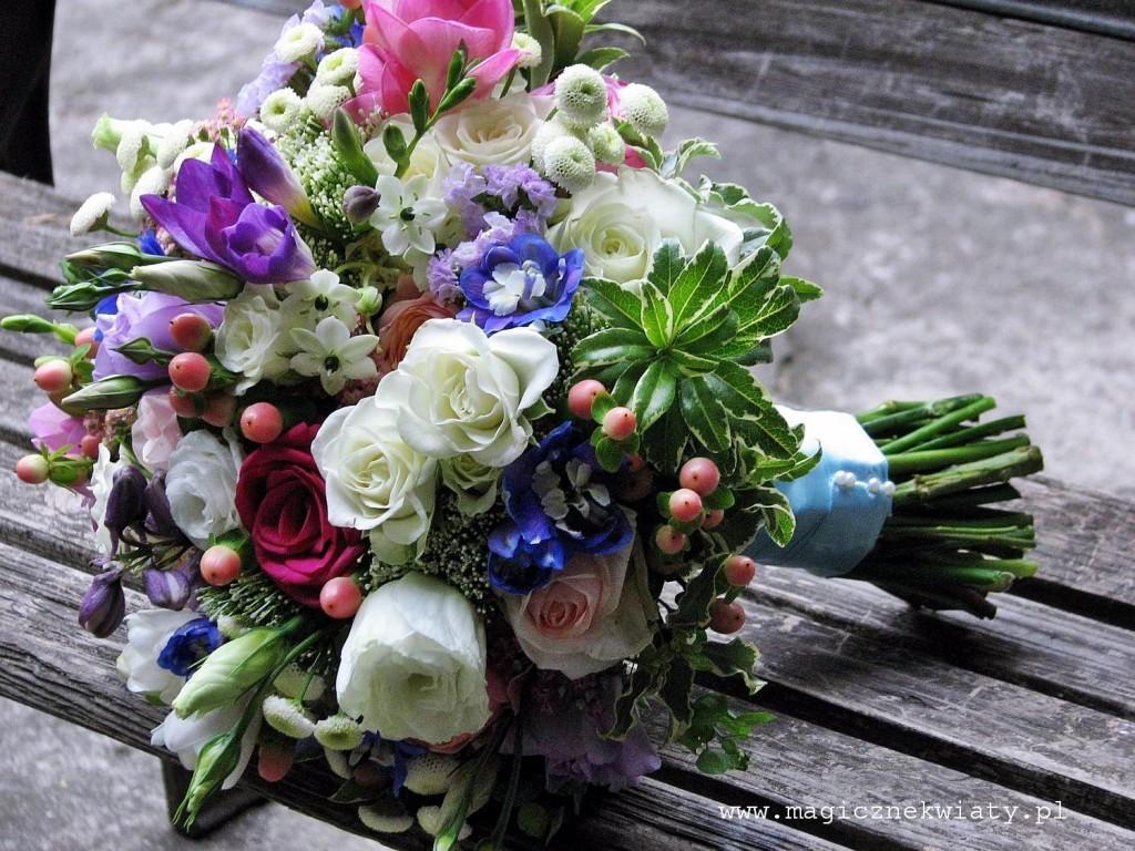 romantyczny, ogrodowy, kolorowy bukiet slubny, vuvuzela, fuksja, niebieski, Kraków, magiczne Kwiaty1