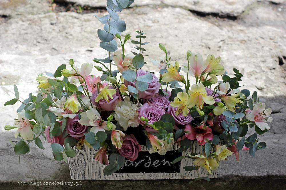 kwiatowa skrzyneczka z kwiatami, kosz z kwiatami, dzień matki, kraków, z dostawa