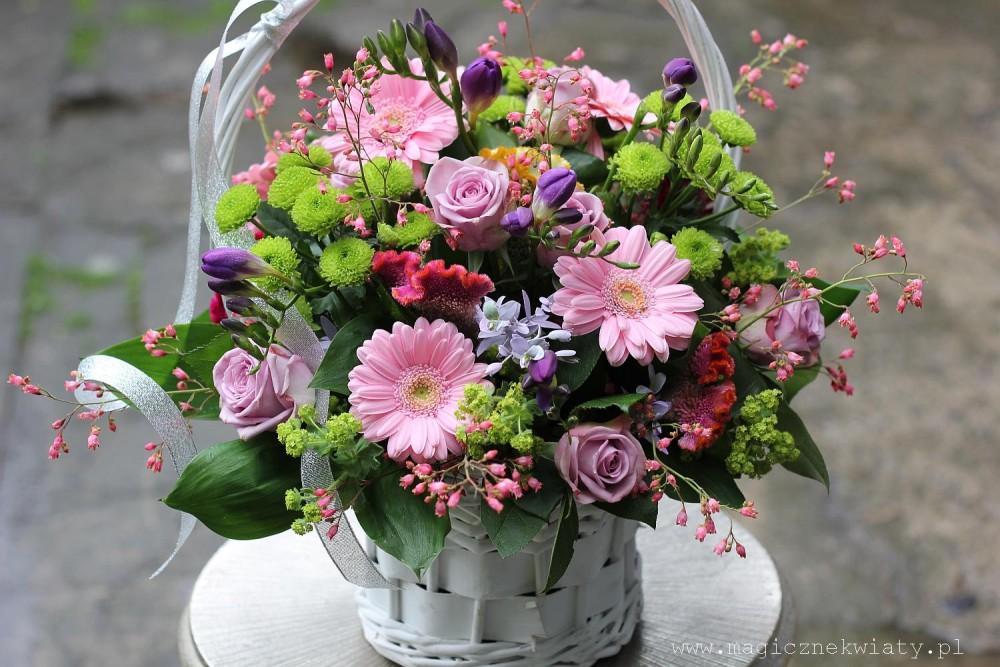 kosz kwiatowy, rózowy, romantyczny, dzień Matki, kraków, kwiaty z dostawa